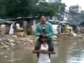 В Индии журналист вел репортаж, сидя на плечах у выжившего во время наводнения