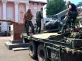 Батальон Айдар снес памятник Ленину в городе Счастье (видео)