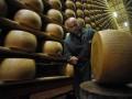 Для помощи сыроварням итальянцы закупили 15 тонн пармезана через Facebook