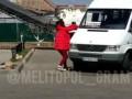 В Мелитополе женщина крушила маршрутки и такси