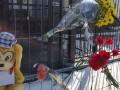 В Киеве принесли цветы под посольство РФ