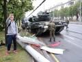Появилось видео, как в Минске танк снес столб
