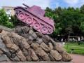 В Ровно памятник советскому комдиву выкрасили в розовый цвет