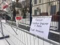 Под российское посольство в Киеве принесли цветы и свечи