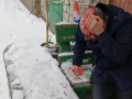 На Печерске мужчину ранили и ограбили прямо у пункта полиции