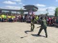 Вооруженные люди в Донецке показали детям боевые приемы