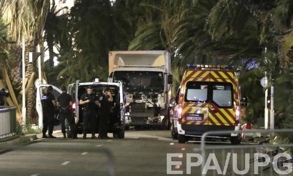 Полиция превратила кабину грузовика, въехавшего в толпу в Ницце, в решето