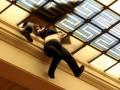 В Греции женщина едва не погибла, провалившись сквозь  купол здания парламента