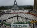 Активисты  Greenpeace провели антироссийскую акцию на Елисейских полях в Париже