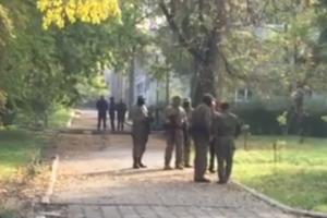 """На место бойни в Керчи пришли люди в масках и """"министры"""""""