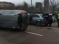 У киевского ж/д вокзала столкнулись два авто: Одно на боку