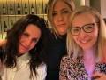 Звезды Друзей собрались вместе: Как выглядят сейчас Рэйчел, Фиби и Моника