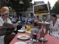 Перед посольством России в Праге появилась кухня и люди в халатах