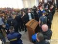 В Николаеве активисты прорвалиcь в облсовет, требуют отставки Савченко