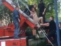В Днепре полицейские сняли с крыши дома голого мужчину под градусом