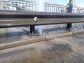 В Киеве на мосту Патона из асфальта бьет фонтан