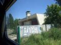Украинские надписи и желто-голубые сердечки: как выглядят уцелевшие районы Донецка