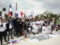 В Париже жены полицейских вышли на акцию в поддержку своих мужей