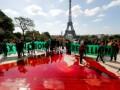 В Париже экоактивисты разлили 300 литров бутафорской крови