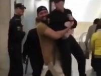 В московском метро мужчина носил на руках росгвардейца: Его оштрафовали
