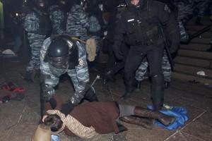 """Янукович считает, что милиция """"перегнула палку"""""""
