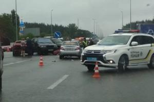 Под Киевом столкнулись три автомобиля и два грузовика с мороженым