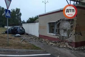 В Борисполе такси протаранило дом