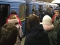 В Киеве пьяный мужчина упал под поезд на станции метро и выжил