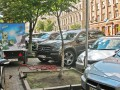 В центре Киева автомобилисты крушат велопарковки
