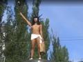 Обнаженная активистка Femen взобралась на постамент Ленина и бросалась конфетами