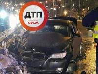 В Киеве BMW въехала в отбойник и пролетела в воздухе, из авто выпал пассажир