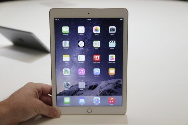 В производстве планшетов Apple пока опережает конкурентов. На фото - iPad Air 2, представленный компанией 16 октября
