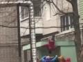 Зацепился за козырек: В Днепре мужчина выпал из окна 6 этажа и выжил