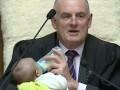 Спикер парламента на заседании кормил ребенка одного из депутатов