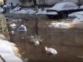 В Киеве на Оболони затопило двор из-за прорыва трубы