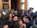 Фотогалерея: Взять живым. Жители Полтавы штурмовали городскую мэрию