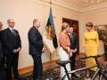 """""""Хорошо, что не пианино"""": Президент Эстонии потроллила Зеленского подарком"""