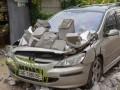 В Днепре с новостройки упали бетонные блоки и раздавили авто