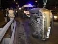 В Киеве авто влетело в отбойник из-за маршрутки