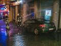 В Киеве горело авто: огонь перекинулся на многоэтажку