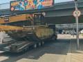 В Киеве под мостом на Левобережке застрял грузовик с экскаватором