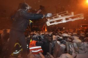 Бойцы Беркута начали ломать баррикады митингующих