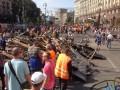 На Майдане субботник, убирают баррикады (фото)