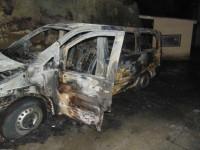 В центре Киева неизвестные подожгли микроавтобус, пострадал водитель