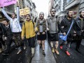 Турецкие мужчины вышли в мини-юбках на площадь Таксим за права женщин
