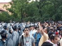 Полиция задерживает участников акции протеста в Ереване