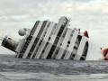 Туристы едут на место крушения Costa Concordia, чтобы сфотографироваться на фоне лайнера