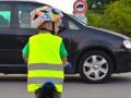 Пешеходов заставят носить светоотражающие жилеты по ночам – закон