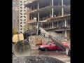 В Киеве сняли, как на машину рухнул строительный кран