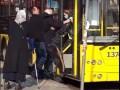 В Киеве водитель и кондуктор выбросили старика без маски из троллейбуса